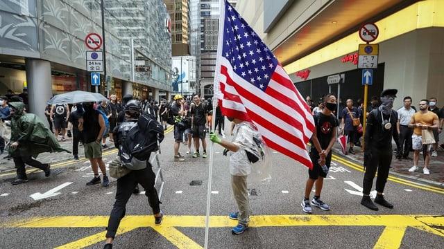 Protestierender mit USA-Fahne.