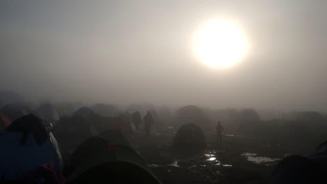 Die Sonne hinter einem Nebelschleier im Auffanglager Idomeni.
