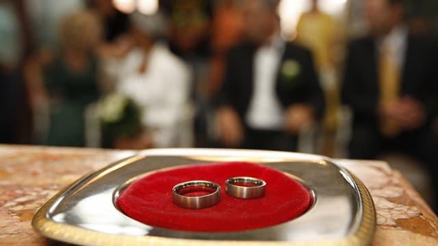 Die Eheringe liegen für die zivile Trauung bereit