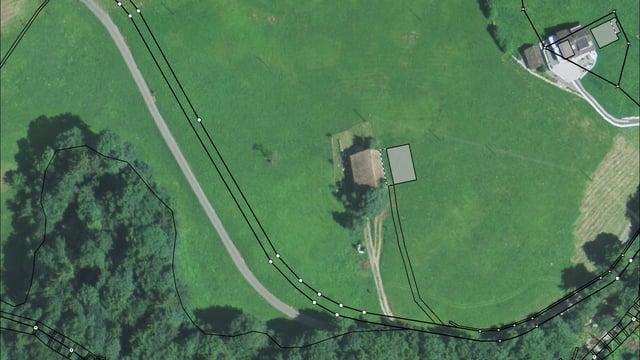 Ein Luftbildvergleich zeigt die Verschiebungen im Gelände bei einem Grundstück in Schwyz.