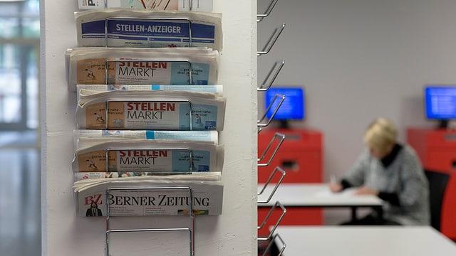 Zeitungen mit Stellenanzeiger in einem RAV.