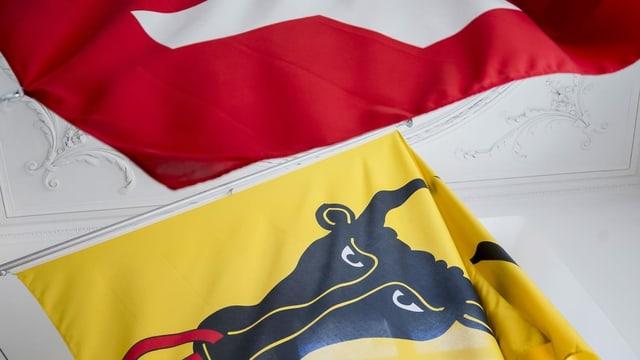 Bandieras dal chantun Uri e da la Svizra.