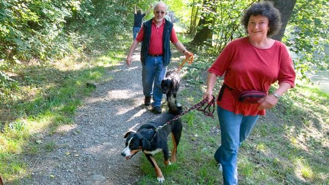 Spaziergänger mit Hund.