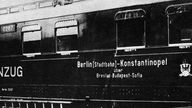 Schwarzweiss-Fotografie eines Eisenbahnwagens mit der Aufschrift «Berlin-Konstantinopel»