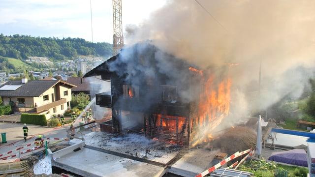 Ein brennendes Holzhaus