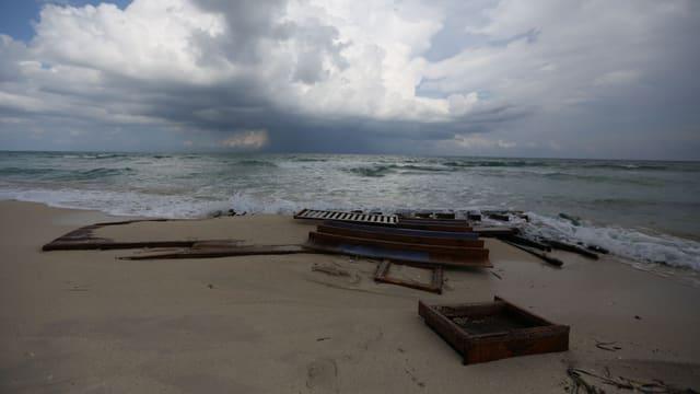 Wrack eines Flüchtlinsboots an der libyschen Küste.