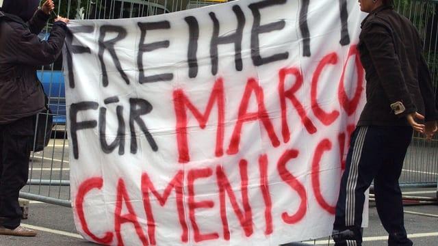 Ein Transparent mit der Aufschrift «Freiheit für Marco Camenisch»