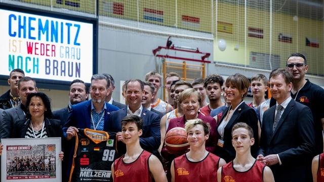 Kanzlerin Merkel war vor dem Bürgertreffen beim Basketball-Training der «Niners Chemnitz» zu Gast.