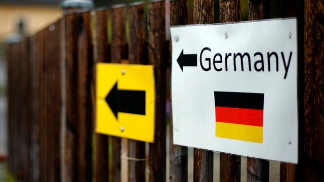Ein Pfeil und «Germany» mit den Landesfarben auf einem Zaun.