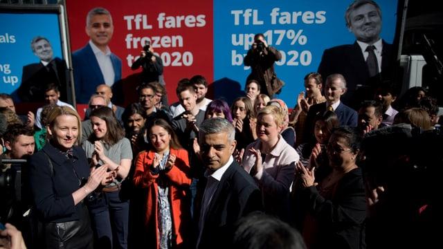 Elecziuns dal burgamester a Londra - il candidat Sadiq Khan stat davant placats dals candidats