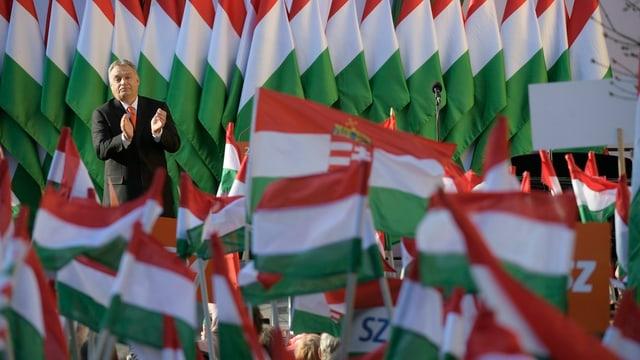 Viktor Orban und viele ungarische Fahnen.