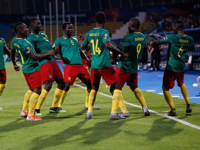 Die Kameruner bejubeln einen Treffer.