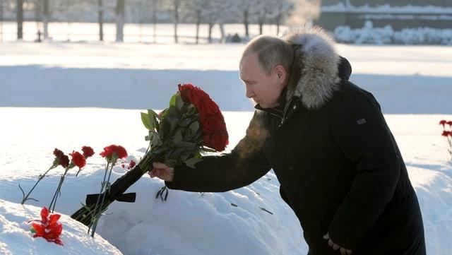 Putin legt am Petersburger Friedhof Blumen nieder.