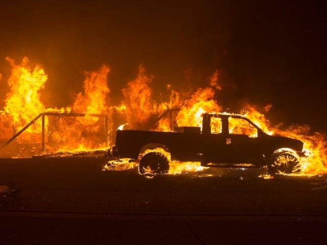.Brennendes Auto.