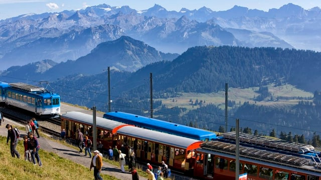 Touristen steigen auf Rigi-Kulm aus den Zügen aus.