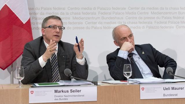 Markus Seiler und Ueli Maurer an einer Pressekonferenz