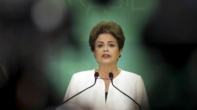 Dilma Rousseff steht am Rednerpult, Blickwinkel der Kamera eingeengt, von Aussen wird es dunkel.