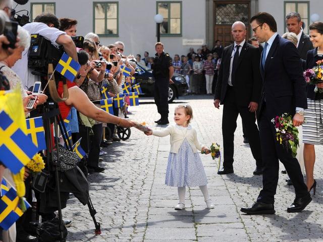 Prinzessin Estelle nimmt in Linköping ein Geschenk entgegen.