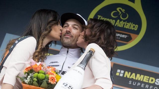 Fabian Cancellara wird von den Ehrendamen beglückwünscht.