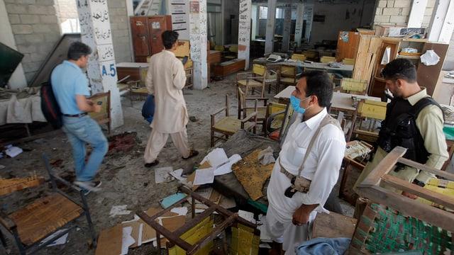Uffizials pakistans examineschan ina part dal bajetg ch'è pertutgà da l'explosiun a Mardan.