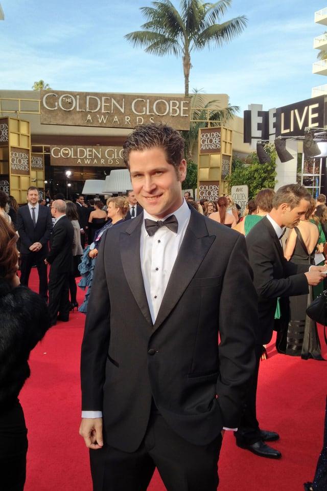 Raffael Dickreuter posiert auf dem roten Teppich vor der Verleihung der Golden Globe Awards.