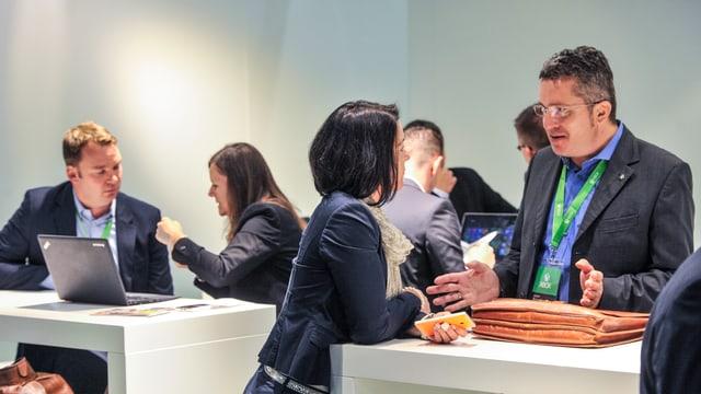 Menschen in Business-Kleider verhandeln wichtige Deals.
