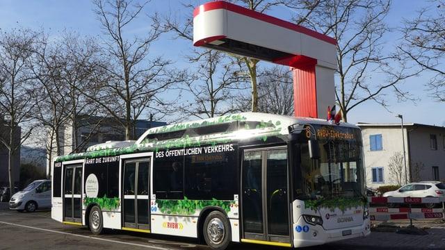 Der Bus in der Ladestation im Bushof Wettingen.