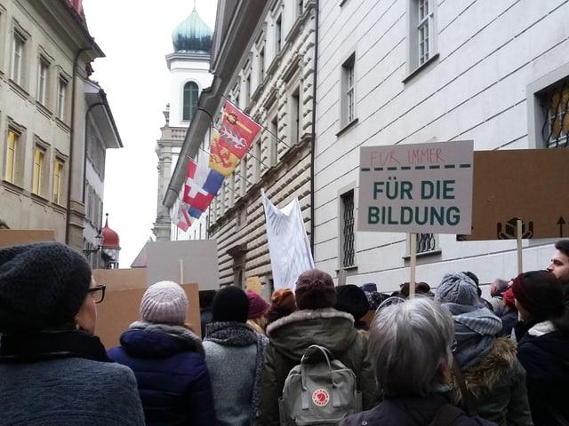 Demonstrierende stehen mit Transparenten vor dem Luzerner Regierungsgebäude.