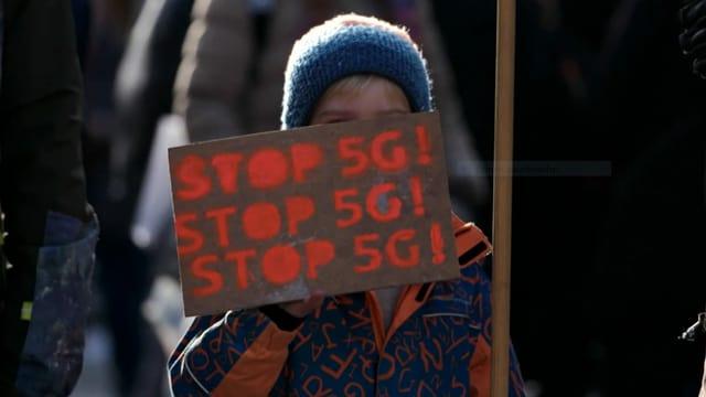 """Ein Junge mit einem Schild """"Stop 5G!"""""""