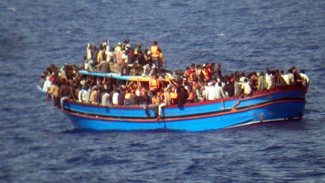 Ein überfülltes Boot mit Flüchtlingen.