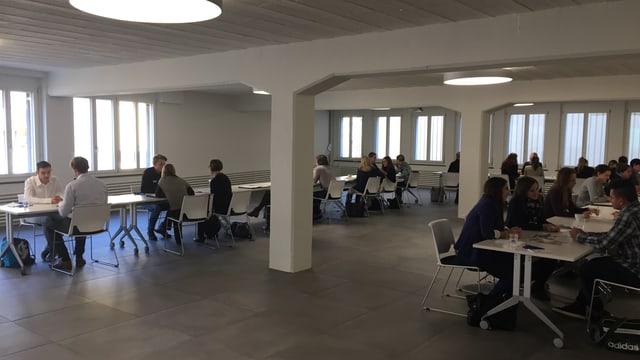 15 Jugendliche und 15 Arbeitgeber-Vertreter in einem grossen Raum.