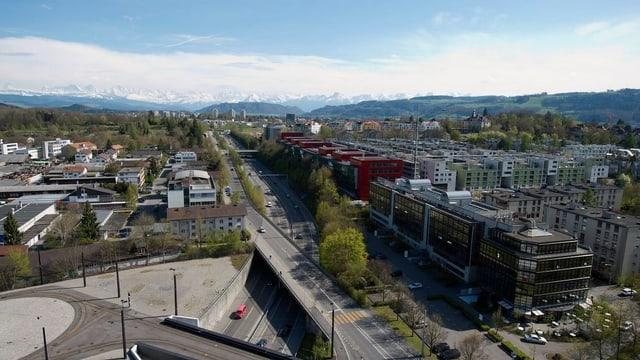Luftaufnahme von Stadtgebiet mit Autobahn in der Mitte.