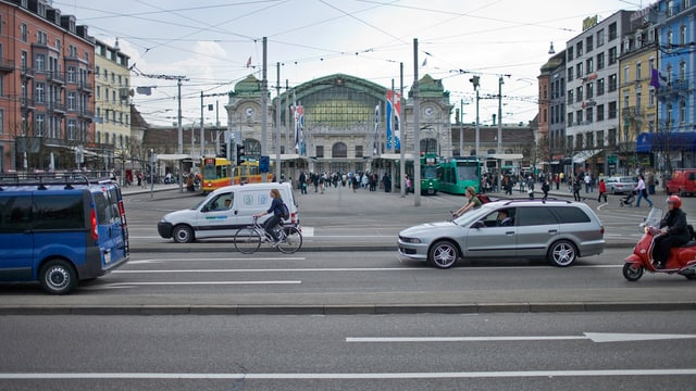 Der Basler Bahnhof von vorne aufgenommen, mit Autos und Trams