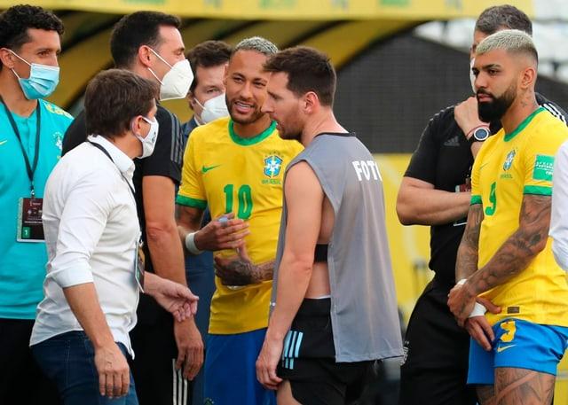 Die Superstars Neymar und Messi diskutieren mit einem Offiziellen