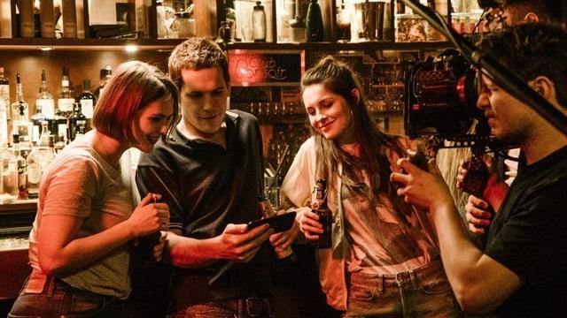 Drei Schauspieler am Filmdreh in Bar
