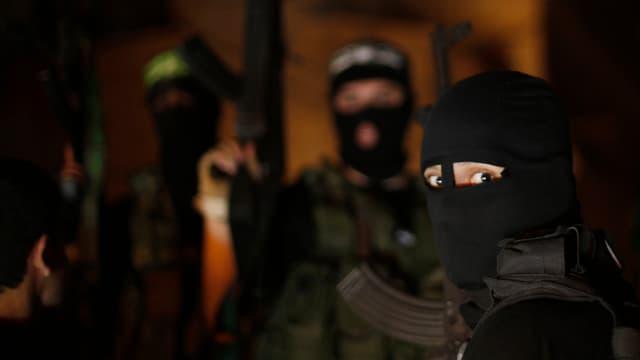 Maskierte Dschihadisten mit Gewehr