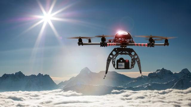 Eine Drohne fliegt über ein Wolkenmeer, im Hintergrund Berge.
