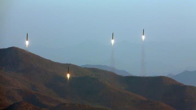 Vier Raketen fliegen in den Himmel.