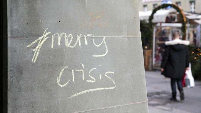 An einer Hauswand in Bern steht Merry Crisis.