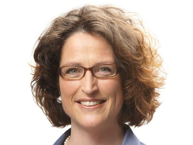 Eine Frau im blauen Hemd und mit Brille