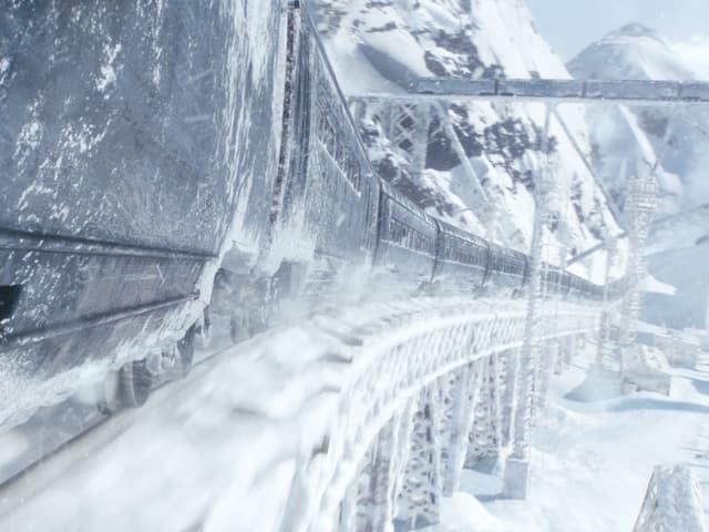 Zug fährt durch eine Eislandschaft