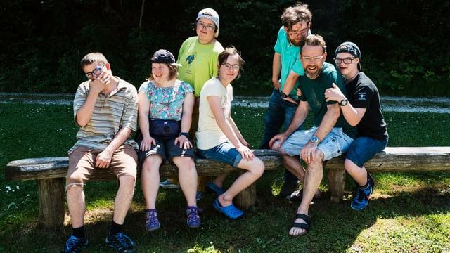 Gruppenbild  «SRF bi de Lüt – Reise mitohne Hindernis» (von links): Claude Filmer, Andrea Schibli, Laura Züger, Lorena Bohren, Damian Bright, Nik Hartmann, Mike Häberli.