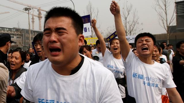 Familienangehörige weinen und demonstrieren vor der malaysischen Botschaft.