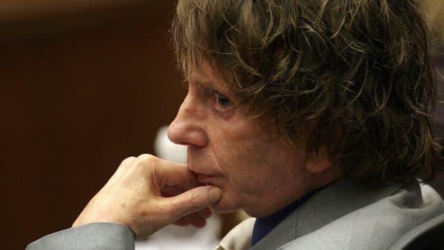 Mann mit ernstem Gesicht in einem Gerichtsaal