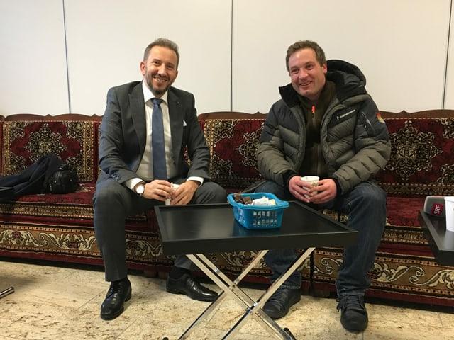 Lukas Reimann (SVP) und Imam Bekim Alimi sitzen auf dem Sofa.