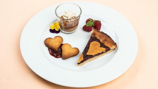 Linzertorte mit Eiskaffee und Karamell-Sauce in Dessertglas