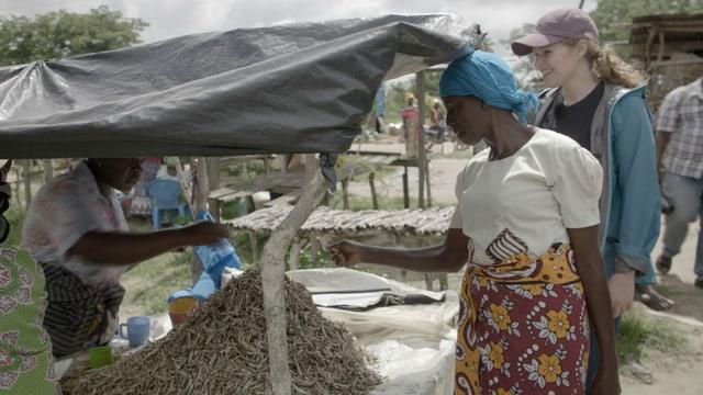 Zwei Frauen an einem Marktstand.