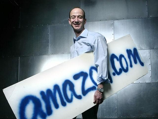 Bezos mit einem Amazon-Schild.