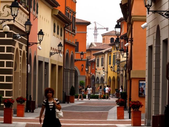 Autofreie Gasse mit roten, orangen und gelben Häusern