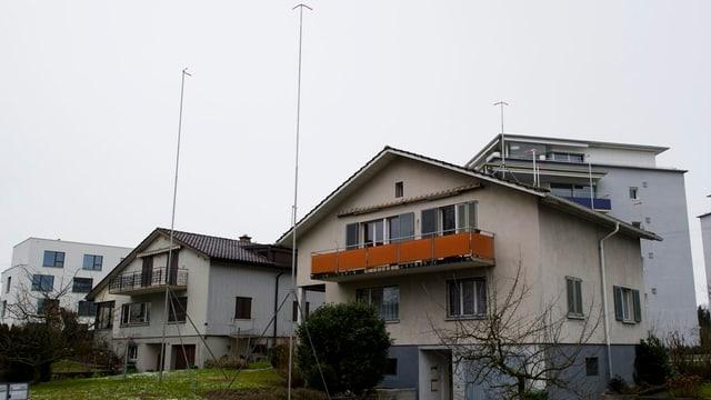Ein Haus mit Bauvisieren.